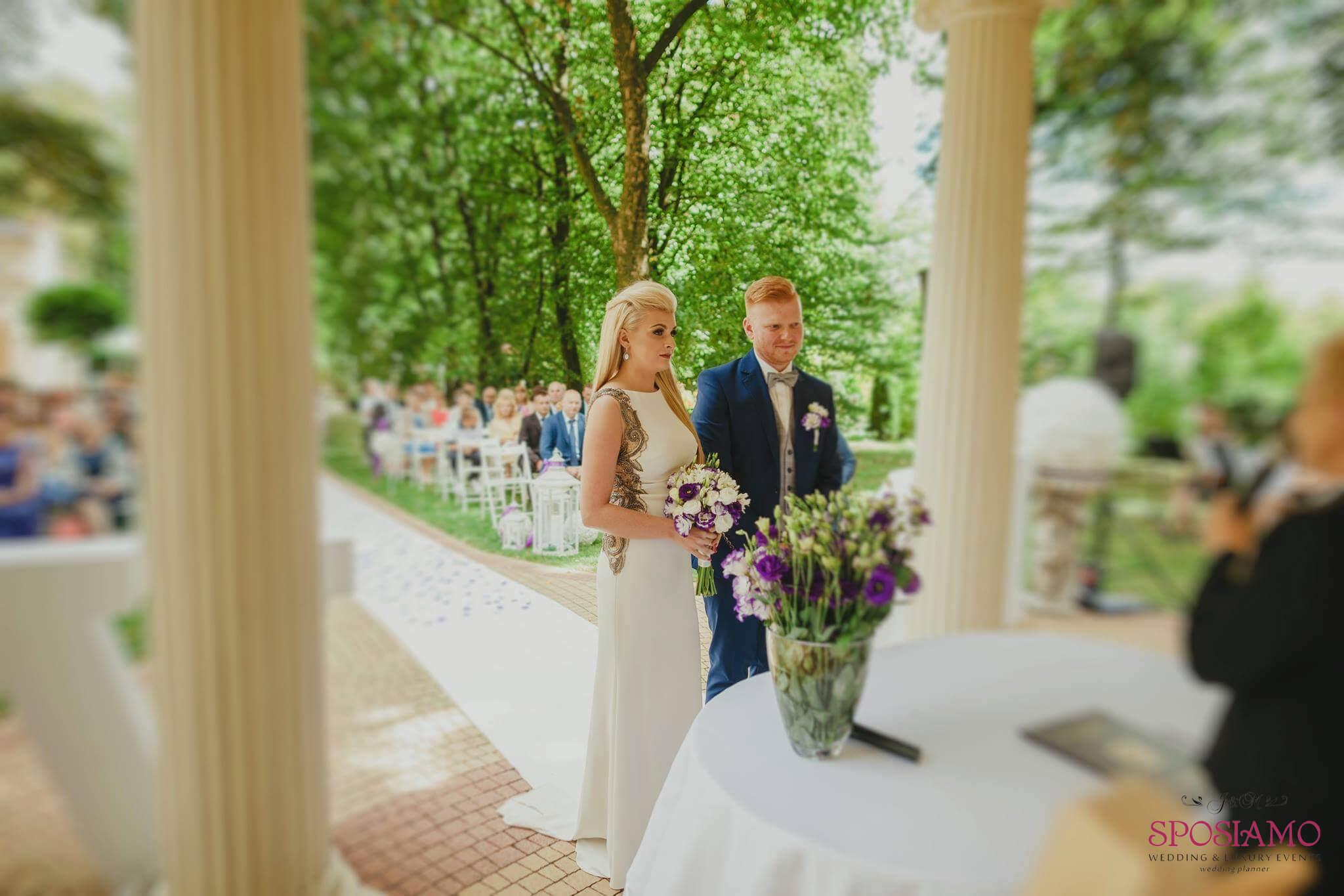 ślub W Plenerze W Ogrodach Pałacu Kolor Fioletowy W Połączeniu Z